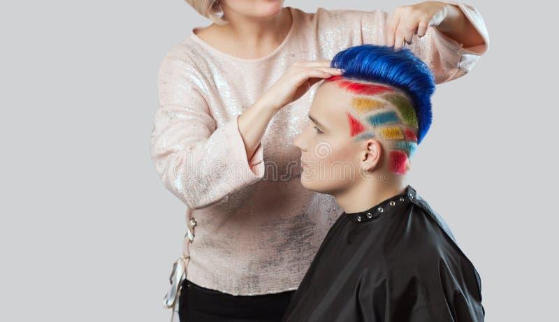 Парикмахер делает стиль причёсок Портрет красивого молодого подростка с красивым творческим стилем причесок стоковое фото
