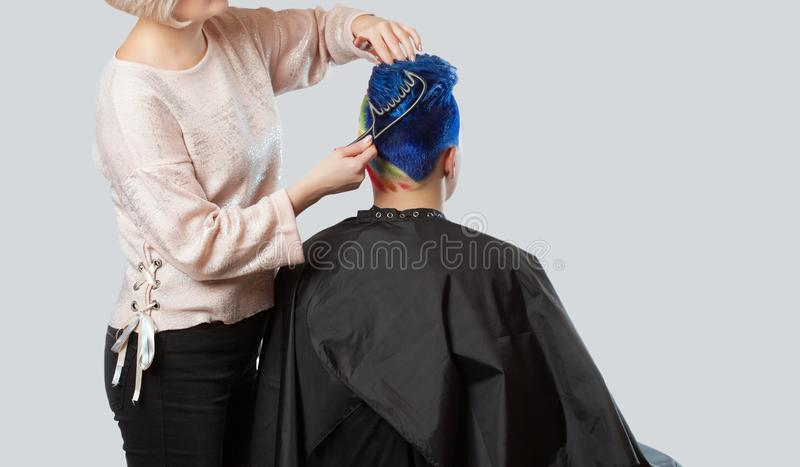 Парикмахер делает стиль причёсок Портрет красивого молодого подростка с красивым творческим стилем причесок стоковое фото rf