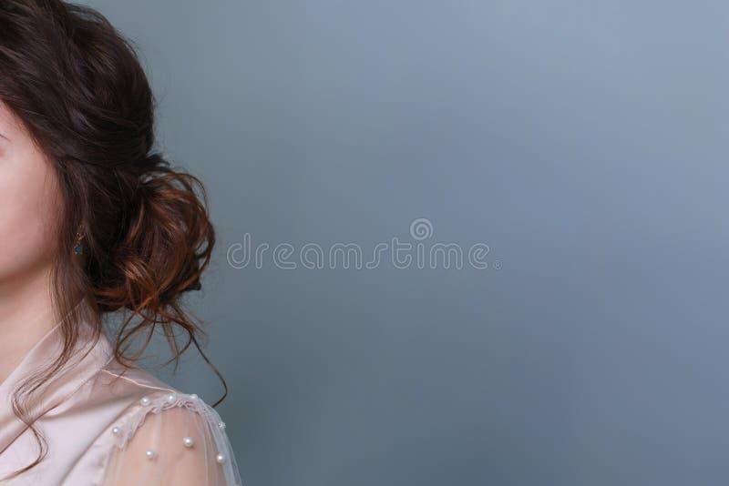 Парикмахер делая стиль причесок к девушке в салоне красоты стоковое изображение