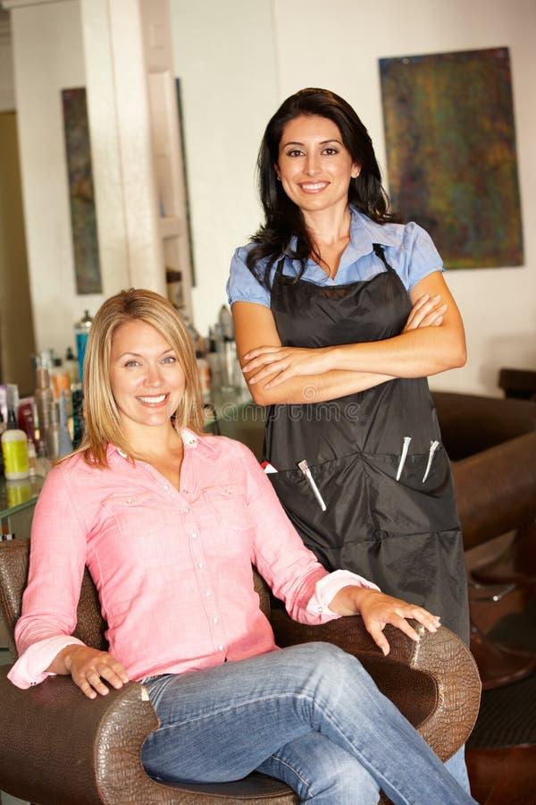 Парикмахер и клиент в салоне стоковое фото rf