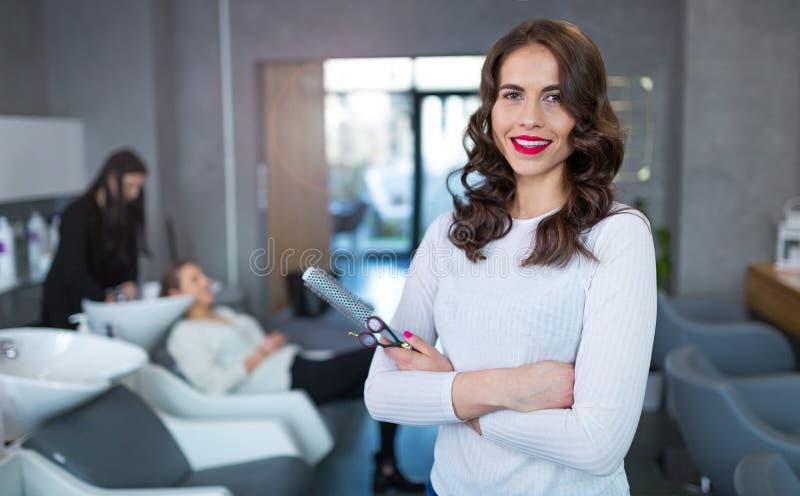 Парикмахер на парикмахерской стоковые изображения rf