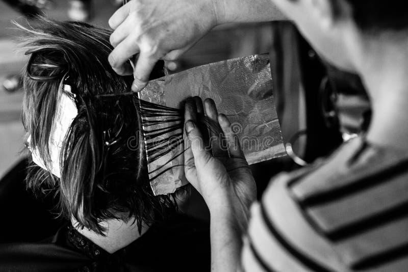 Парикмахер на салоне с клиентом стоковая фотография