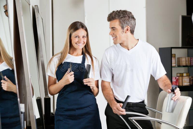 Парикмахер с коллегой в салоне стоковое изображение rf