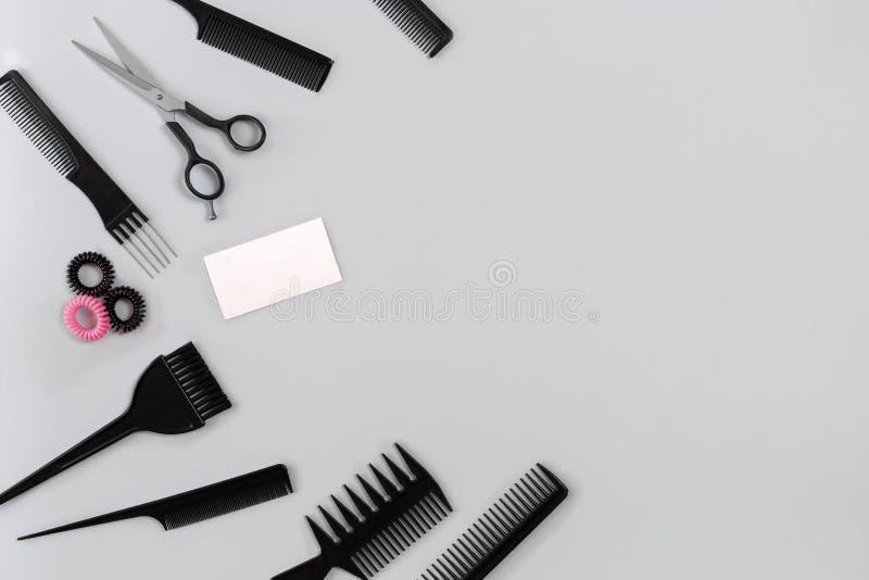 Парикмахер установил с различными аксессуарами на серой предпосылке стоковая фотография