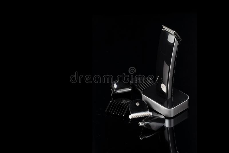 Парикмахер Clippers волос, аксессуары стрижки на черной предпосылке зеркала с космосом экземпляра стоковые фотографии rf