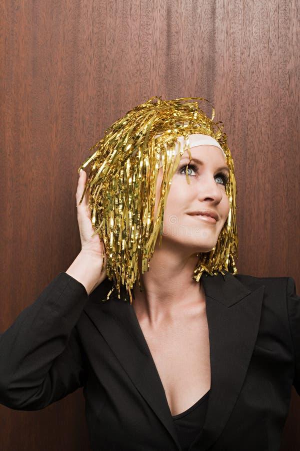 Парик цвета золота женщины нося стоковые изображения