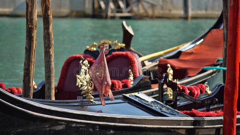 Парковать шлюпок гондолы Причаленная гондола, Венеция, Италия Итальянские шлюпки затвора гондолы состыковали в Венеции, венето, И стоковая фотография rf