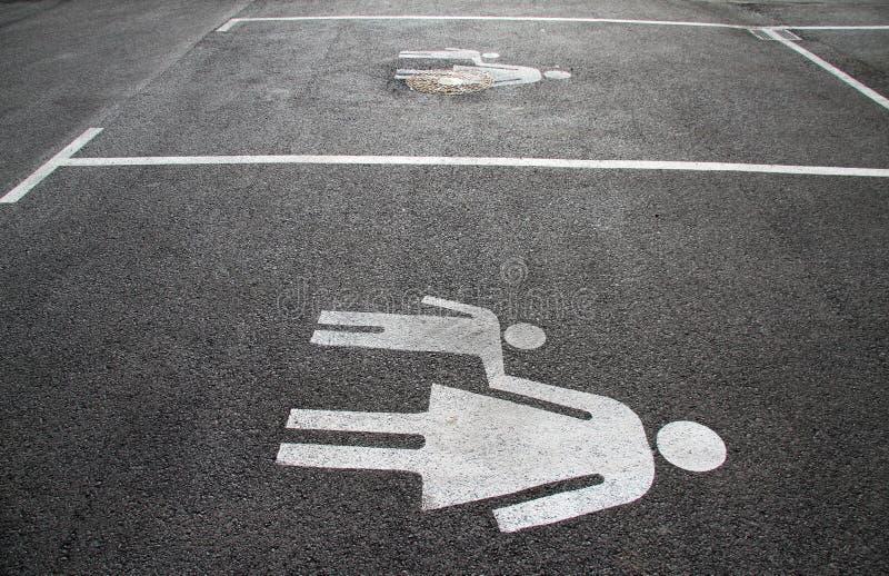 """Парковка для матерей и детей Знак на """"Mother асфальта и  child†Подпишите на  """"Mom и kid†улицы Пешеход s стоковые изображения rf"""