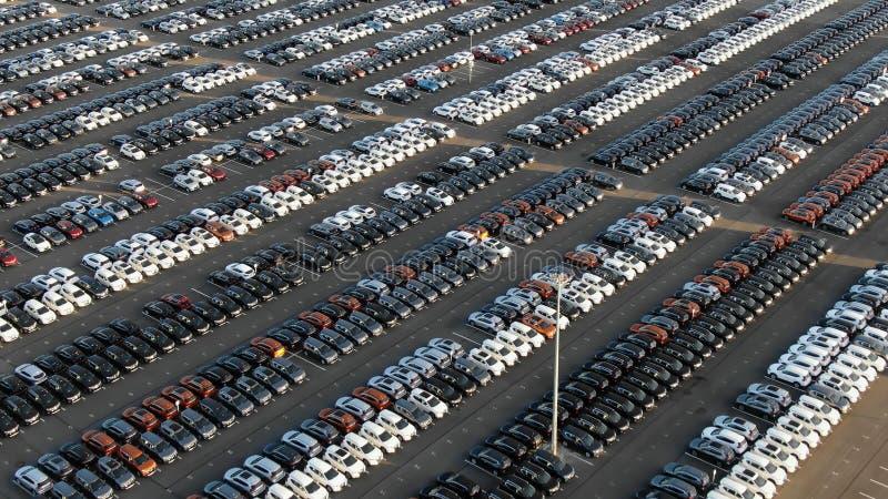 Парковка хранения с автомобилями сортированными цветом летом стоковая фотография