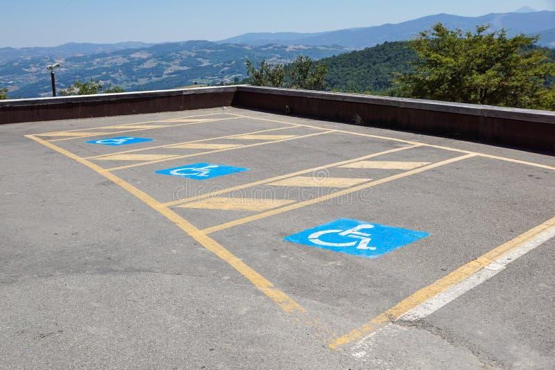 Парковки зарезервированные для неработающего в внешней серии для публики стоковая фотография rf