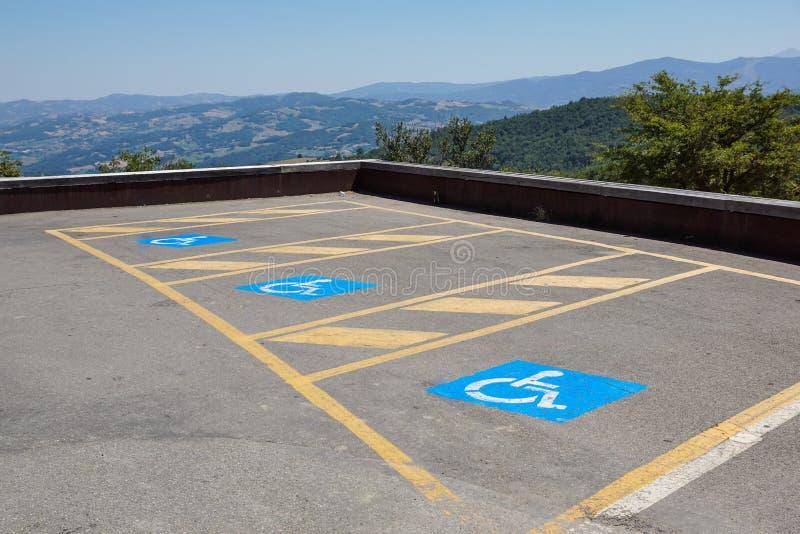 Парковки зарезервированные для неработающего в внешней серии для публики стоковые изображения