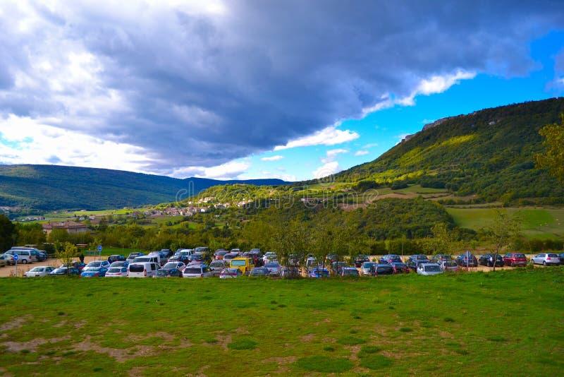 Паркующ с много автомобилями в середине горы, в Baqueda стоковая фотография rf