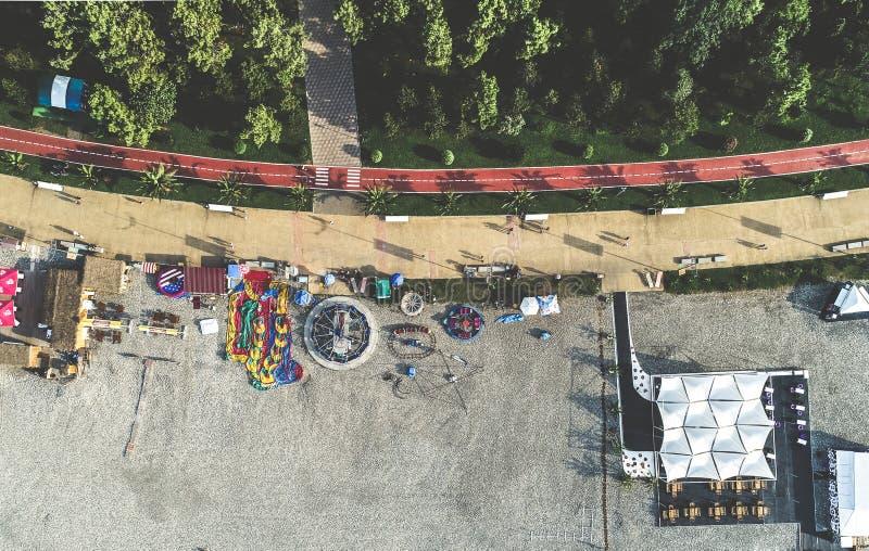 Парк атракционов на бечевнике, вид с воздуха стоковая фотография