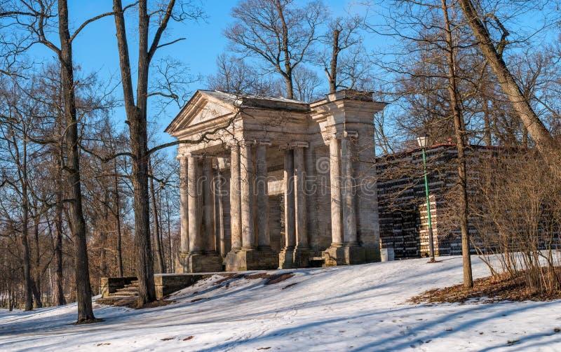 Парк дворца Gatchina Дом березы В фронте портальная маска стоковая фотография rf