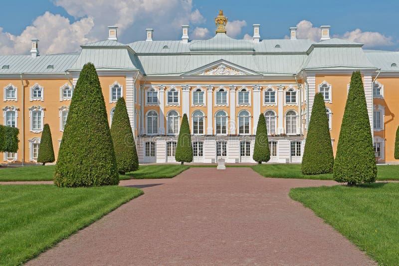 Парк дворца Peterhof грандиозный стоковые изображения rf