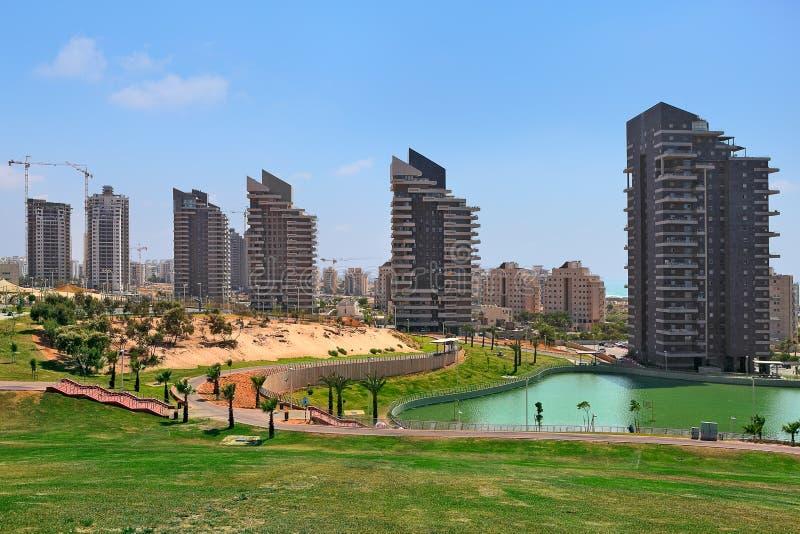Парк города и современное здание. стоковая фотография rf