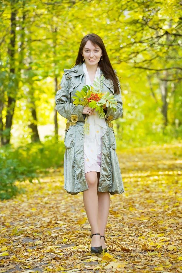 парк девушки осени стоковое фото rf