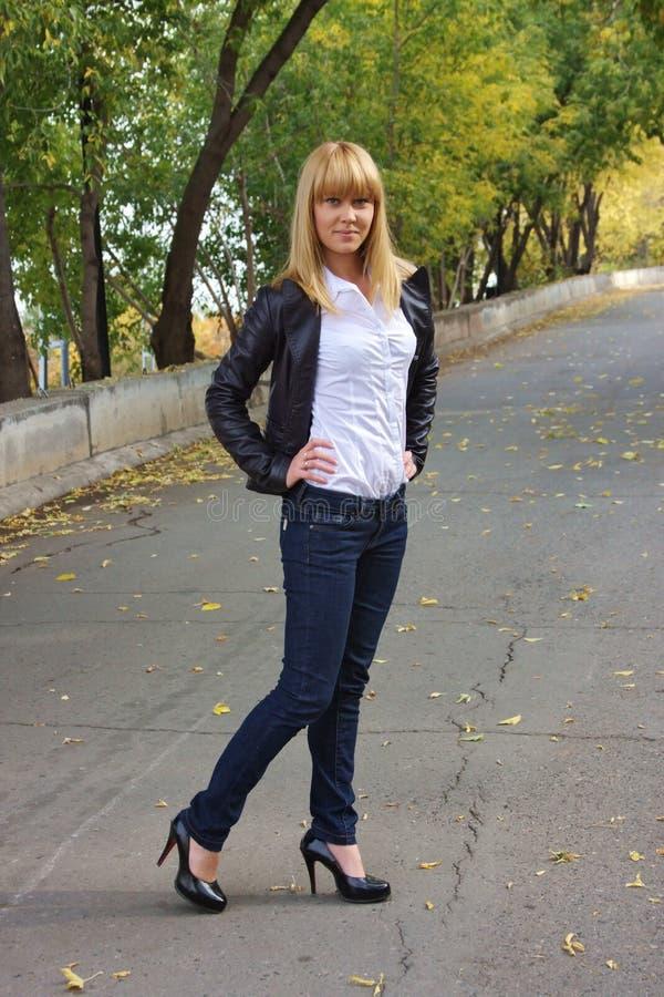 парк девушки осени стоковое изображение rf