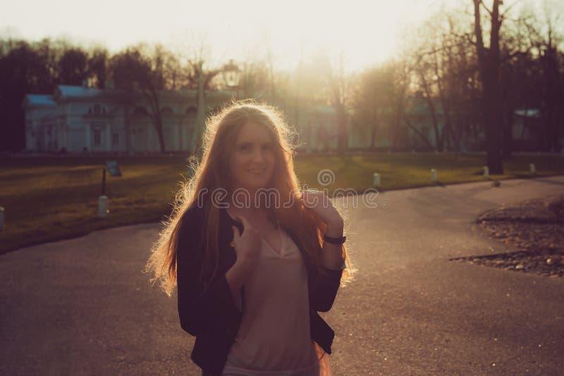 Парк женщины весной красивый портрет девушки в заходе солнца стоковая фотография