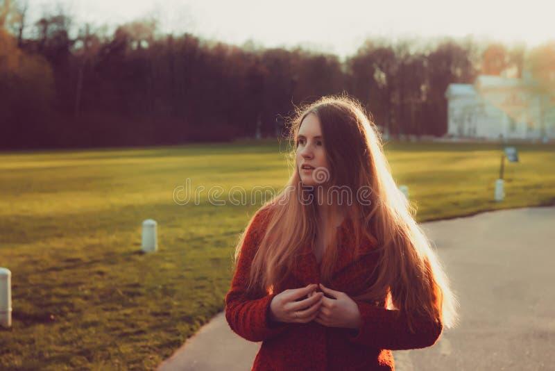 Парк женщины весной красивый портрет девушки в заходе солнца стоковое изображение