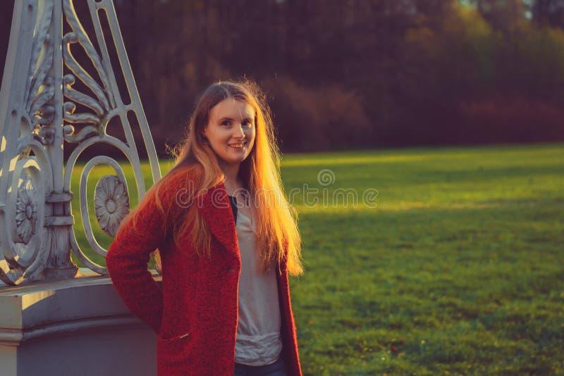 Парк женщины весной красивый портрет девушки в заходе солнца стоковая фотография rf