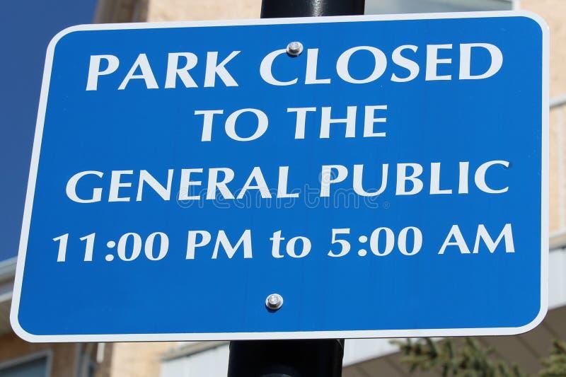 Парк закрытый к знаку широкой публики стоковая фотография