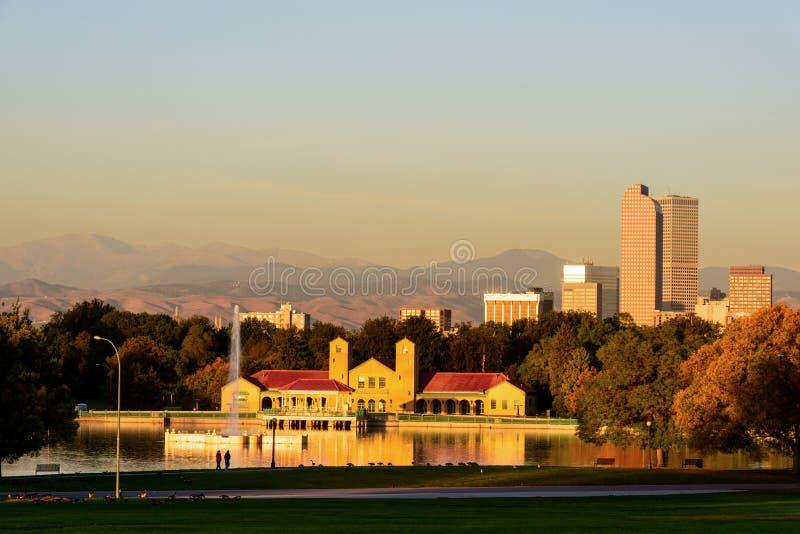 Парк и горизонт города Денвера Колорадо на восходе солнца стоковое изображение rf