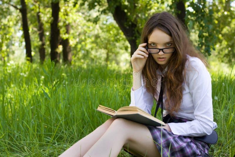 парк книги прочитал школьницу стоковые фото