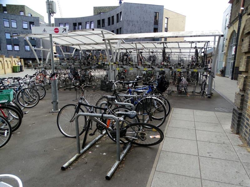 Парк конструированный для велосипедов на станции регулярного пассажира пригородных поездов для поездов к Лондону в Chelmsford, e стоковое изображение rf