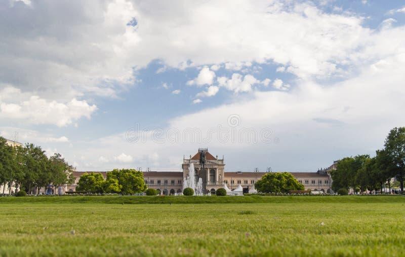 Парк короля Tomislav перед центральным железнодорожным вокзалом стоковые фотографии rf