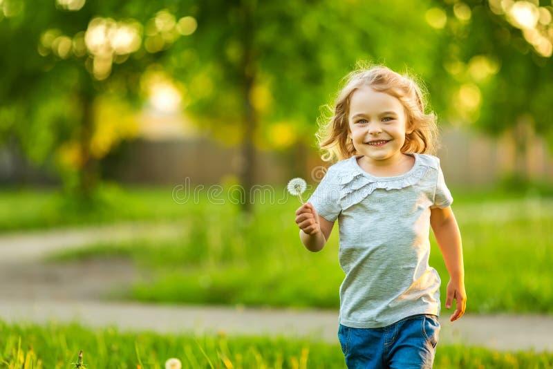 Парк маленькой девочки весной солнечный стоковые фотографии rf