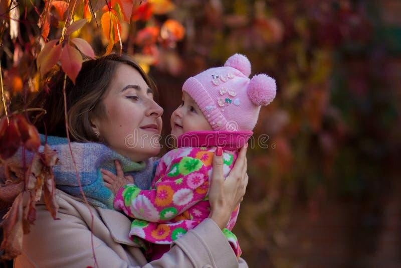 парк мати младенца осени Мама и дочь дальше стоковая фотография rf