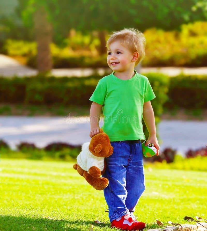 Парк мальчика весной стоковые фото