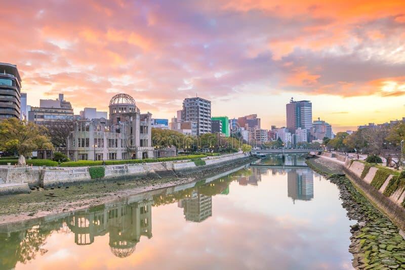 Парк мемориала мира Хиросимы с куполом атомной бомбы в Хиросиме стоковая фотография rf
