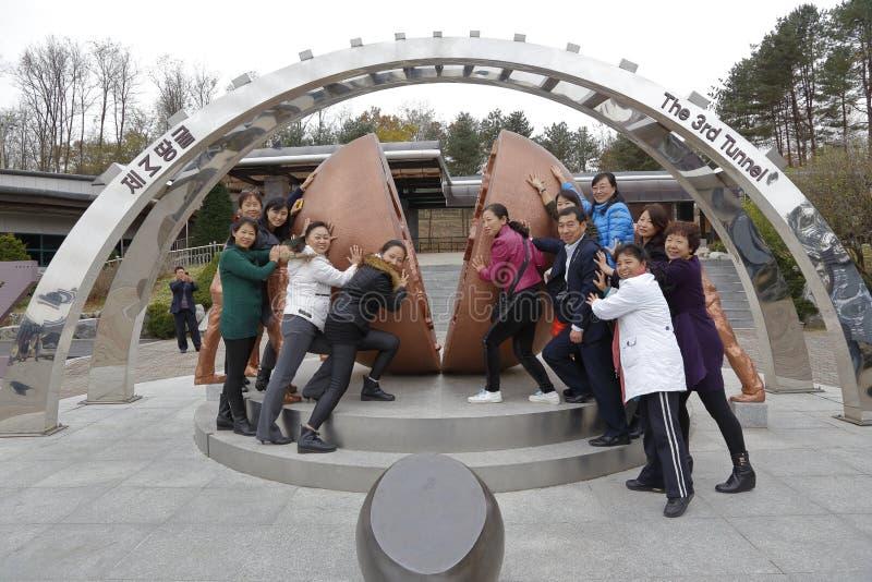 Парк мира Imjingak, Sudogwon, Пхаджу, Южная Корея - внешнее искусство символизирует воссоединение севера и юга Северной Кореи, бл стоковая фотография rf