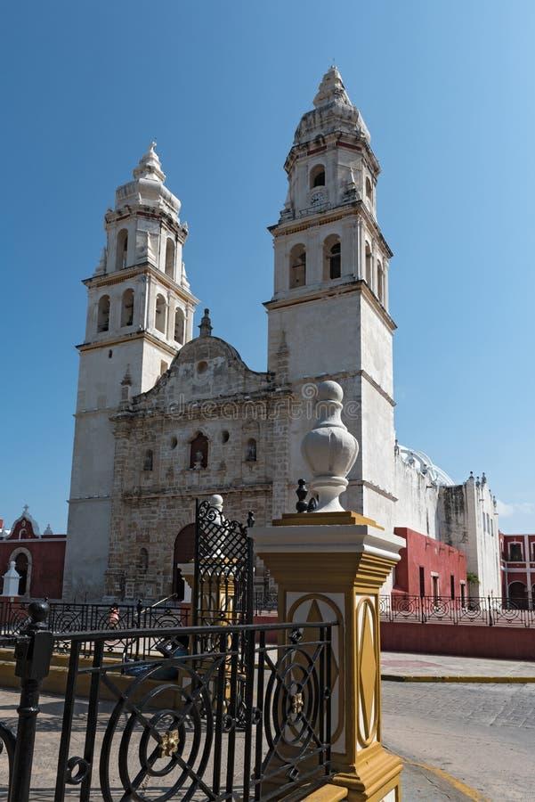 Парк независимости с собором в Сан-Франциско de Кампече, Мексике стоковые фотографии rf