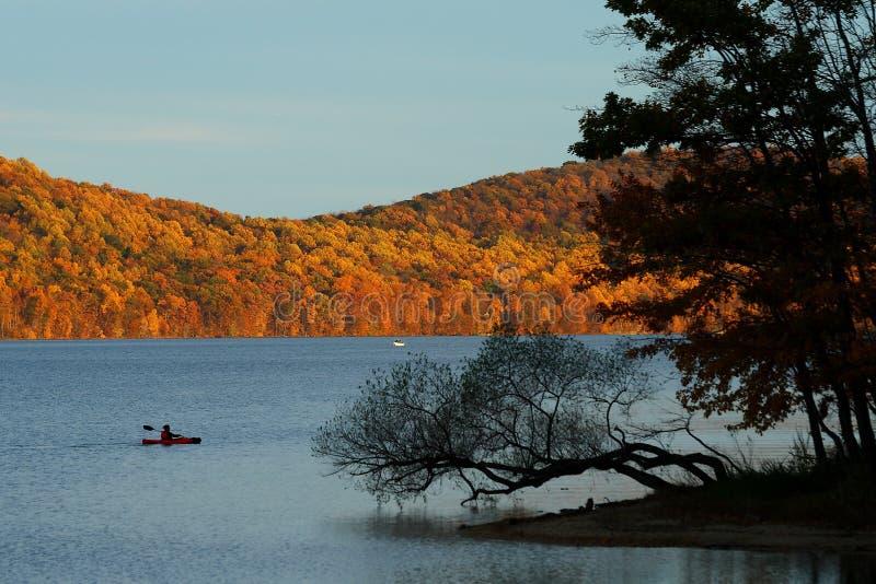 Парк Нью-Джерси отдыха Canoeing - экзотическая осень - стоковые изображения rf