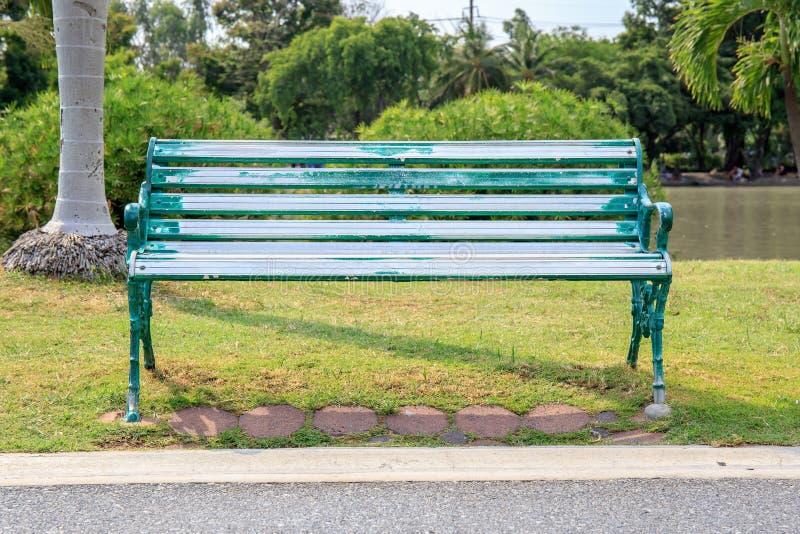 Парк одиночных или самостоятельно стула публично стоковое фото