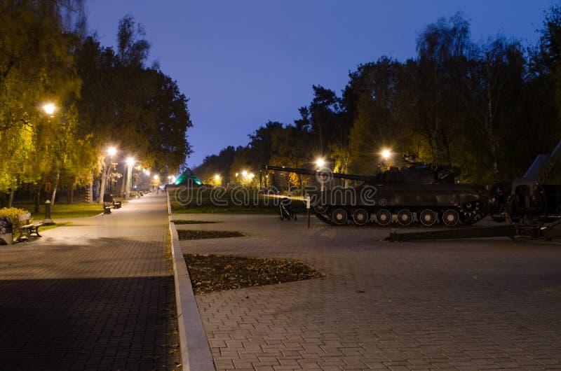 Парк осени с накаляя фонариками Танк и близко детская сидячая коляска стоковое фото