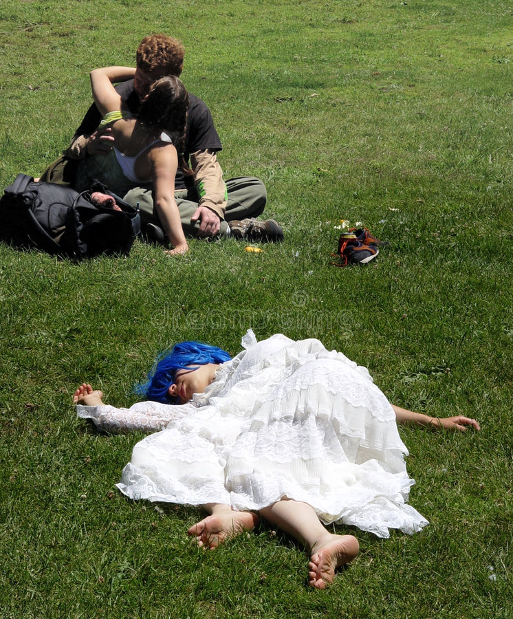 парк пар целуя стоковое фото