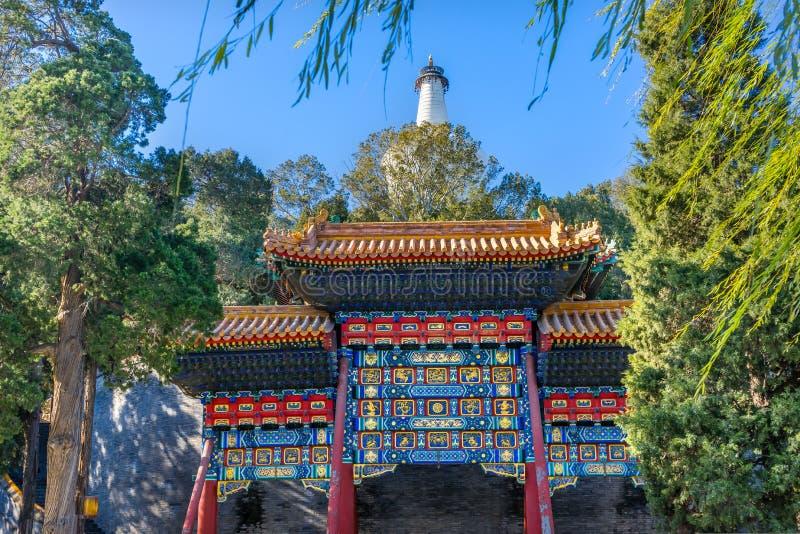 Парк Пекин Chin Stupa Beihai богато украшенной пагоды строба белой буддийский стоковые изображения rf