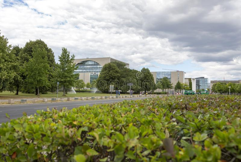 Парк перед федеральным ведомством канцлера Германии стоковые фото