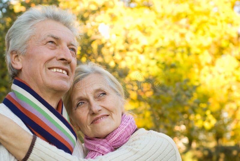 парк пожилых людей пар осени стоковое изображение
