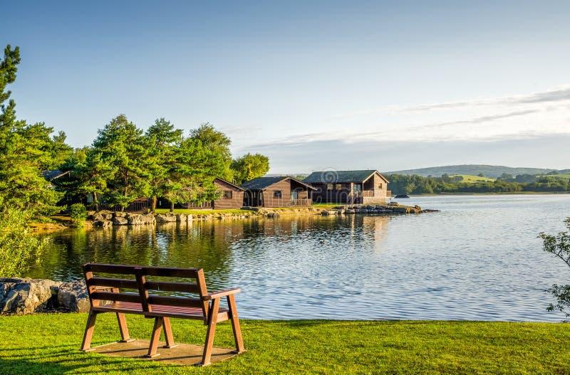 Парк праздника с деревянными ложами стоковое фото