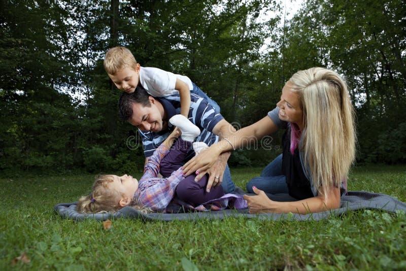парк семьи играя детенышей стоковая фотография