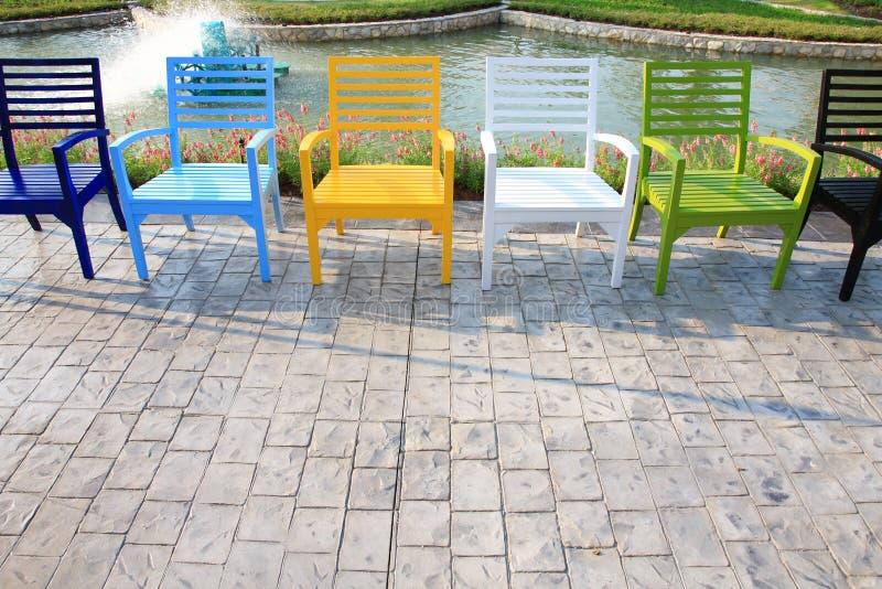парк стулов ослабляет стоковое изображение rf