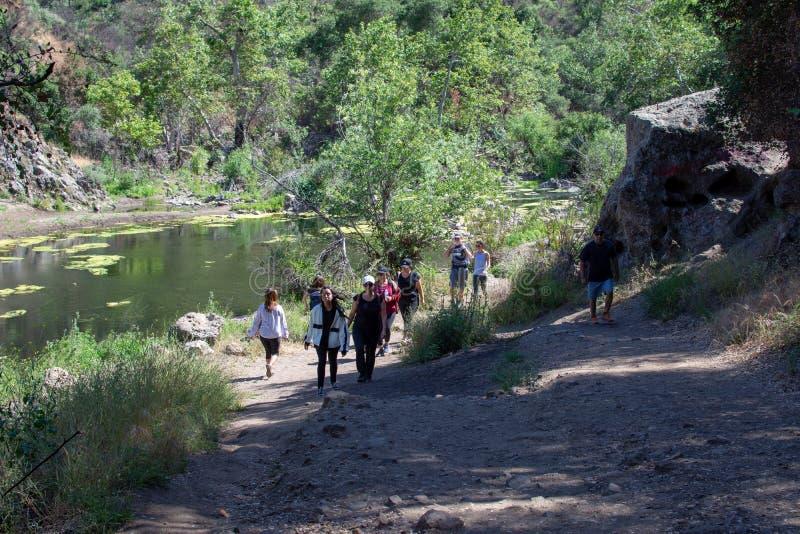 Парк штата заводи Malibu, CA Соединенные Штаты - 5-ое мая 2019: Туристы и hikers на парке штата заводи Malibu весной, 2019 стоковое фото