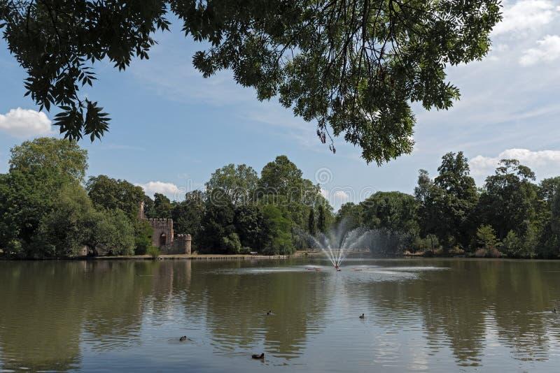 Парк Biebrich замка с прудом и Mosburg, Висбаденом стоковое изображение