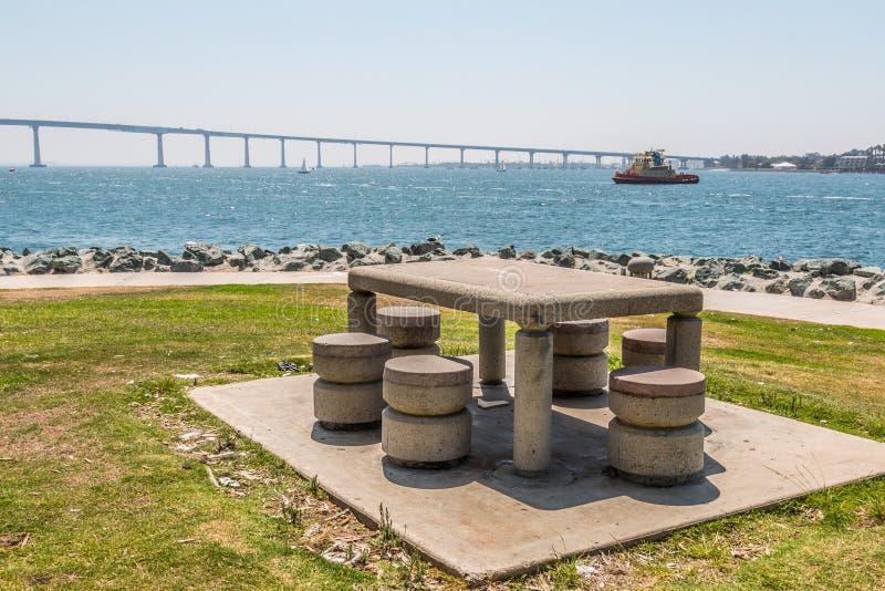 Парк Embarcadero южный в Сан-Диего, столе для пикника стоковое фото