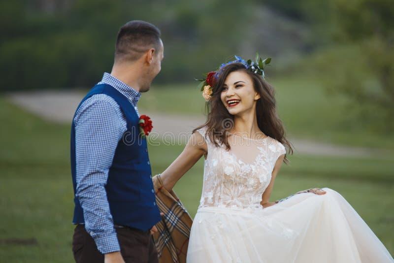 парк groom невесты целуя жених и невеста новобрачных пар на свадьбе в лесе зеленого цвета природы целует фото стоковая фотография rf